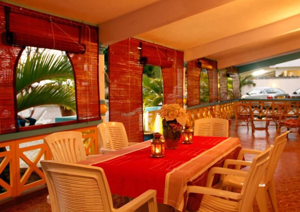Pause détente en terrasse pour vos petit dejeuner, café et diner