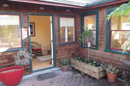 Cozy Garden Cottage in South Berkeley - Berkeley