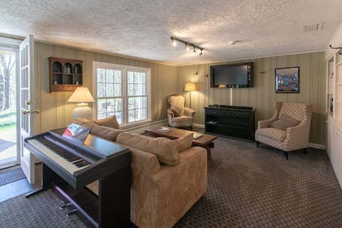 900SF apartment in private home separate entrance.