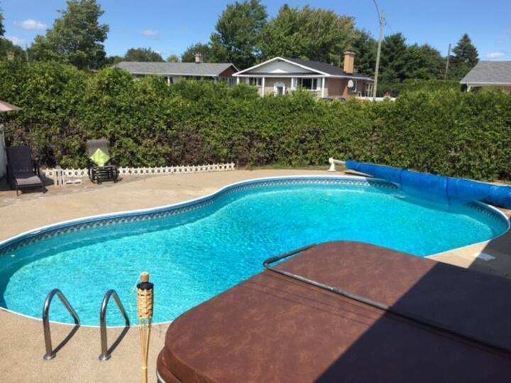 Bungalow ensoleillé avec piscine!