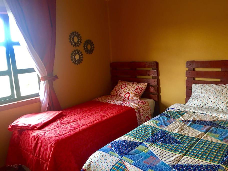 Habitación pequeña para 2 personas camas cómodas nuevas de 1 plaza