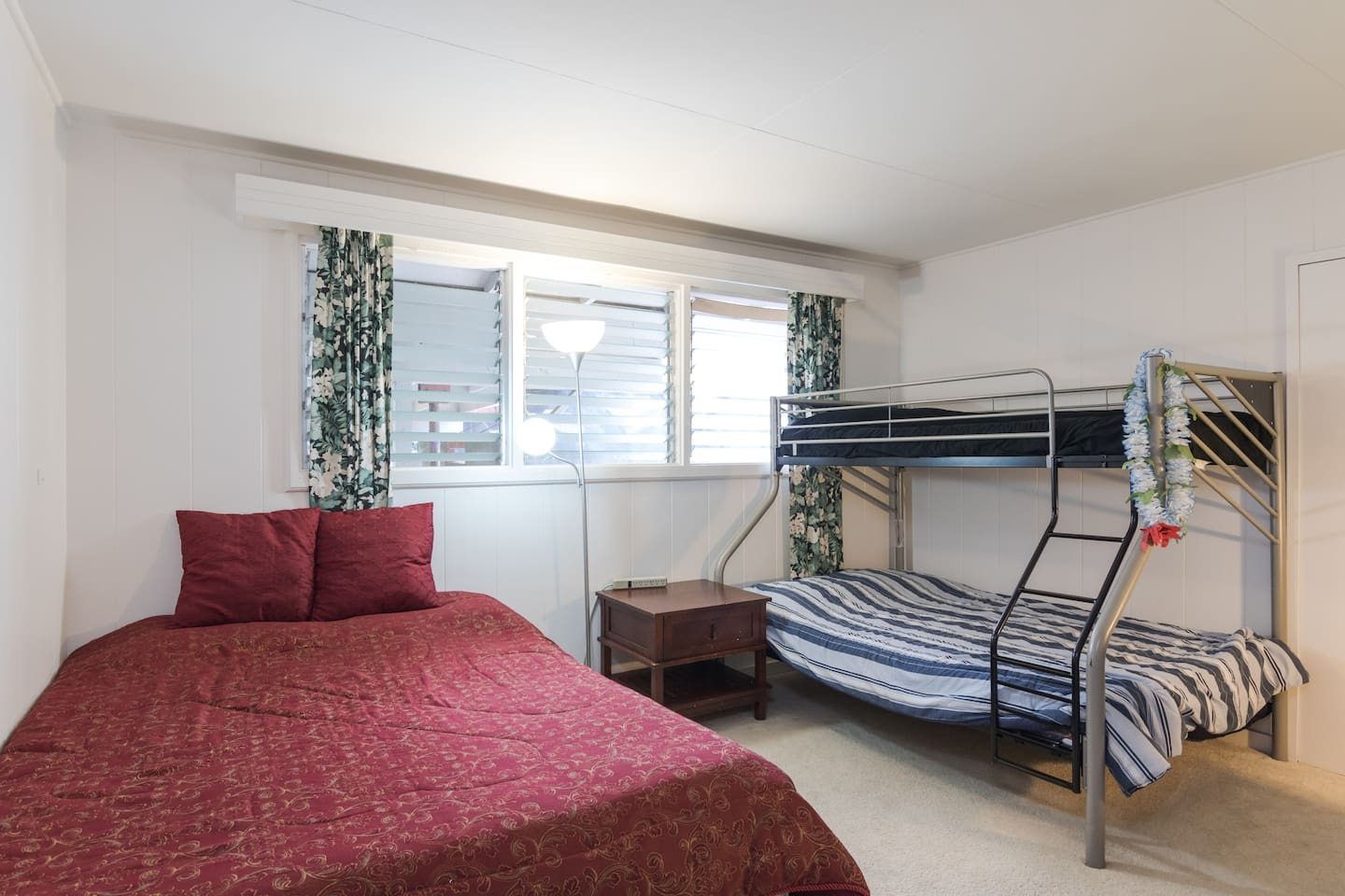 Fit an entire group with your queen bed AND a twin/full bunk bed!