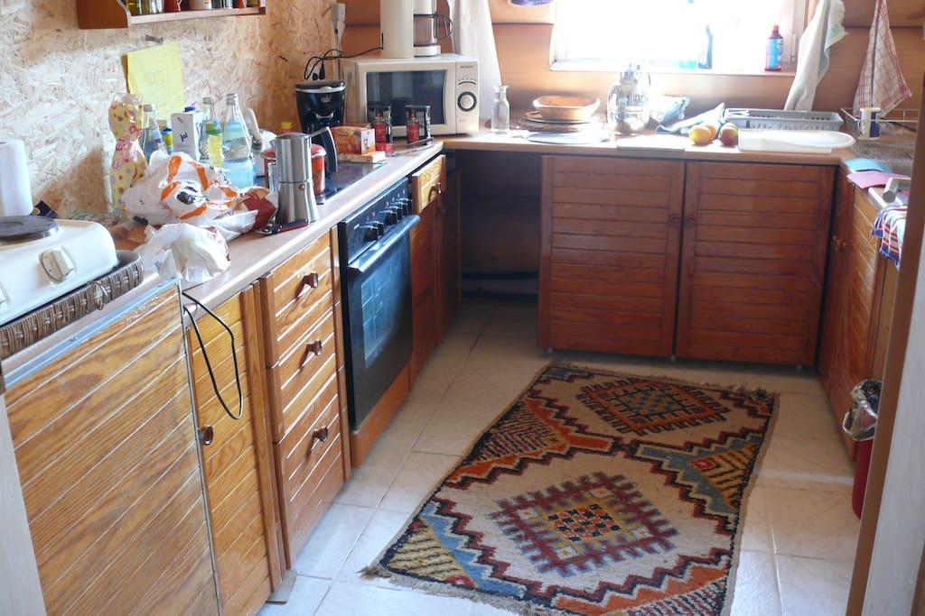Sehr praktisch ist die Küche mit Durchreiche zur Wohnstube.