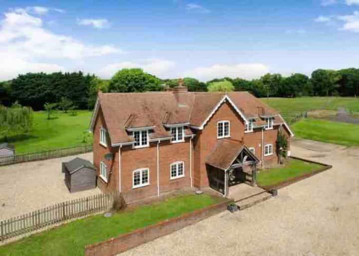Luxury 5bd farmhouse, hot tub, cinema, 10 acres