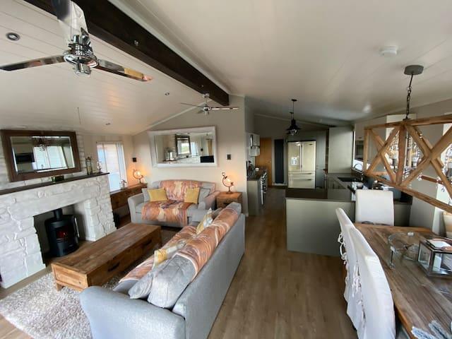 Beachfront Lodge, VIP experience, ideal location