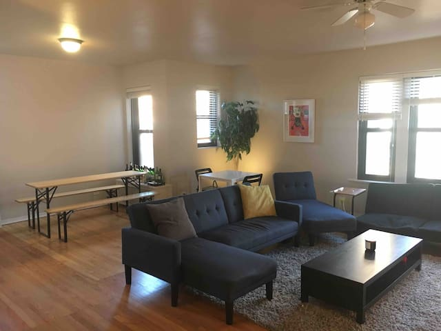 Spacious apartment near the University of Chicago