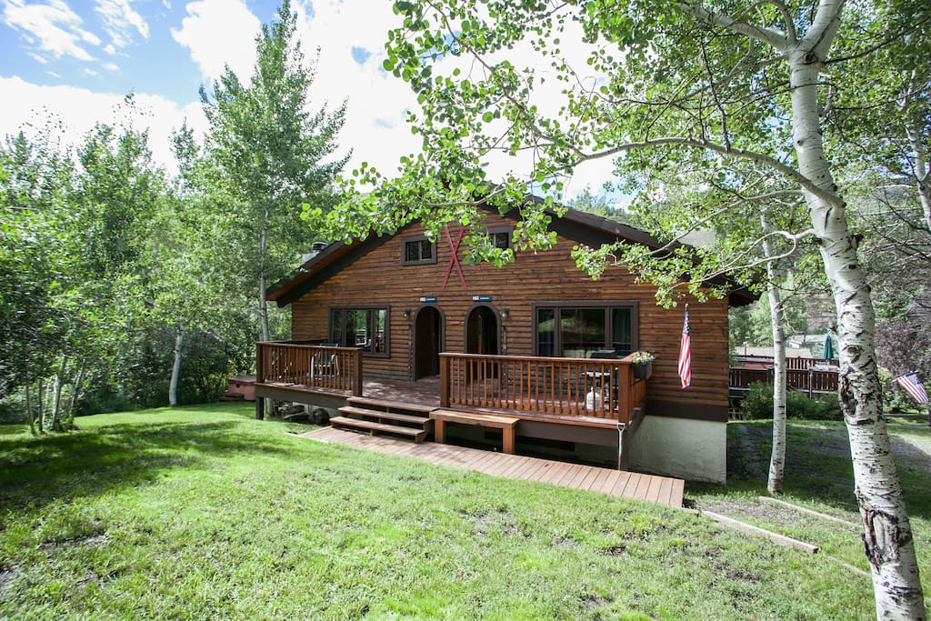 Larkspur cabin west hot tub bus parking decks for Cabins for rent near vail colorado