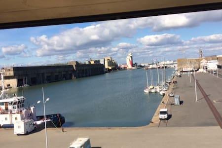 Chambre vue sur l'estuaire et le port de commerce - Apartment