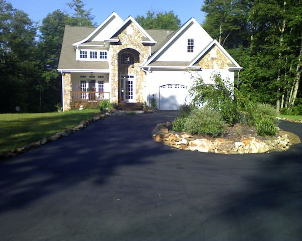 Beautiful new mountain home - Waynesville - House