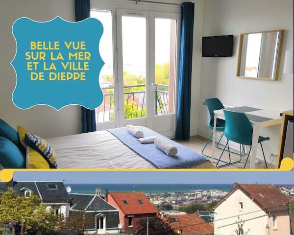 Studio 11 avec vue sur mer et la ville de Dieppe.