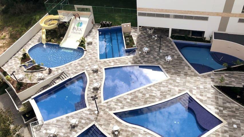 Flat em Rio Quente: piscinas e acesso ao rio.