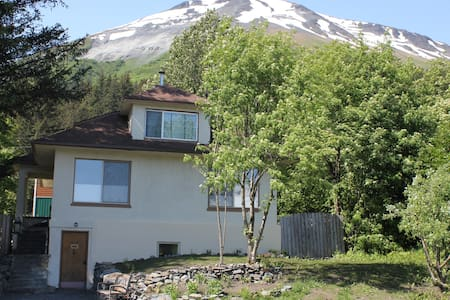 Eagle Land B&B - view of Mt. Alice room#2 - Seward - Bed & Breakfast
