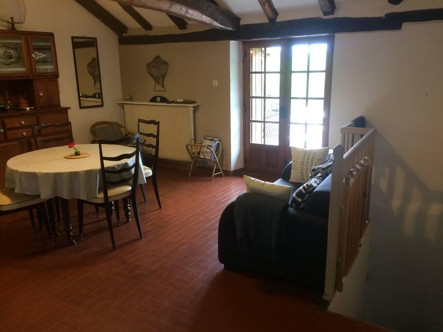 L'escalier à droite descend au rez-de-chaussée où se trouvent les deux chambres et les sanitaires.