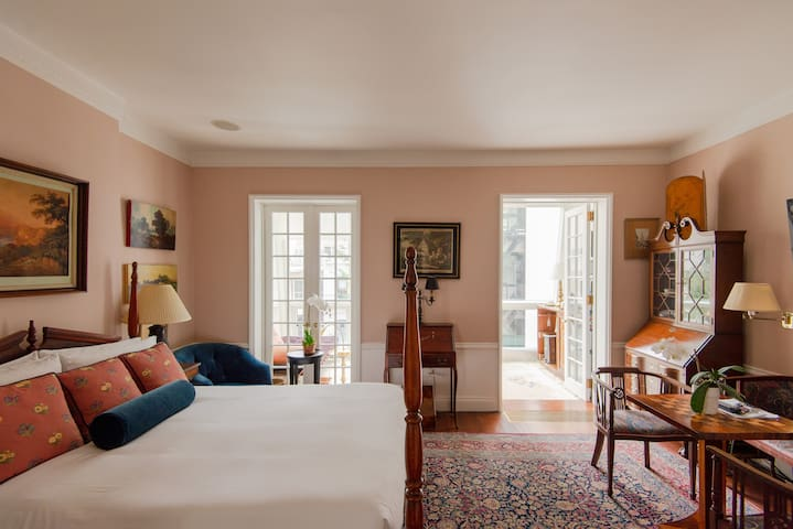 Townhouse Suite Overlooking Private Gardens