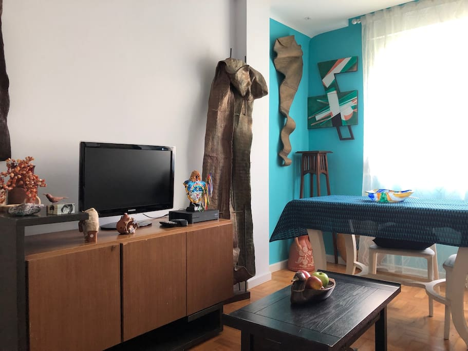 sala com tv, wifi e ar condicionado. Inúmeros trabalhos de arte.