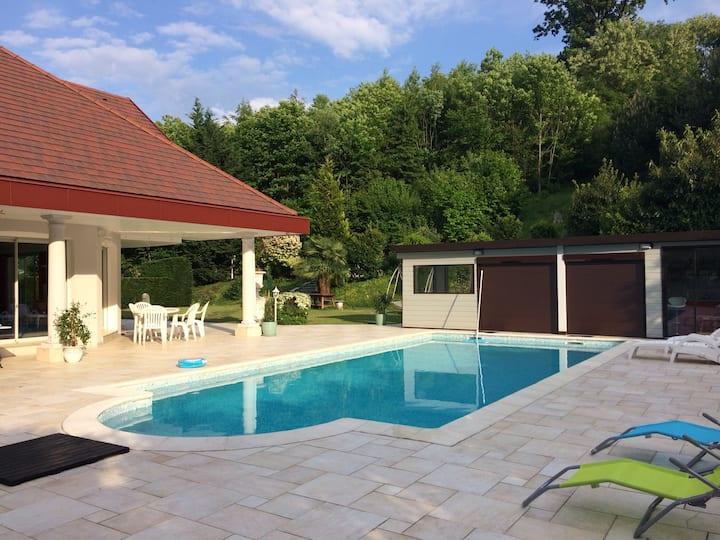 Une chambre avec salle de bain dans villa piscine