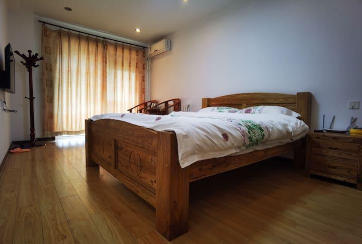 房间有榻榻米,双人实木大床十分舒服