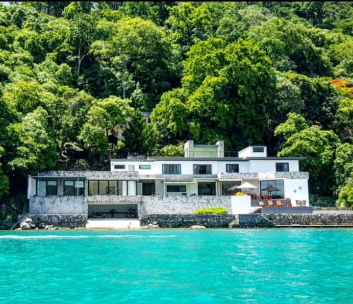 Casa en isla Teopan, del Lago de Coatepeque.