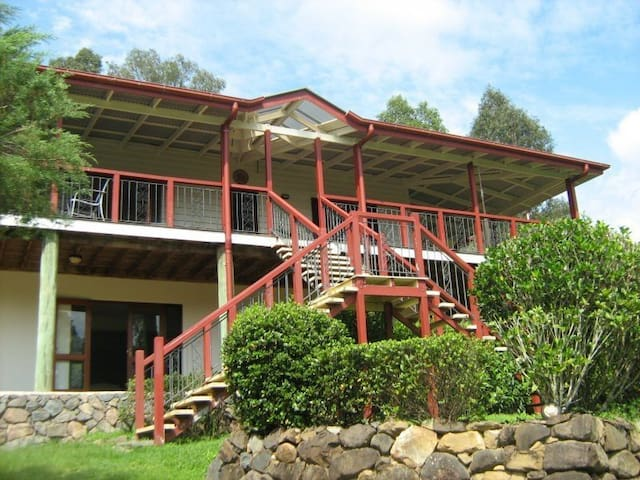 Country hideaway sleeps up to 10 - Mooloolah Valley - Huis