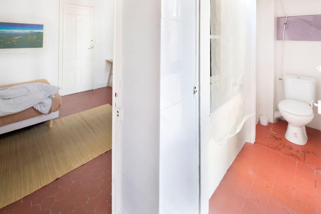Proche des toilettes ont peut apercevoir une image produite par un algorithme utilisé par les journalistes pour savoir si il y à eu des retouches photoshop sur une image. Un paysage y a était passé à la moulinette.