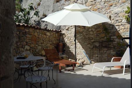Confort moderne niché dans des remparts médiévaux - Aiguèze