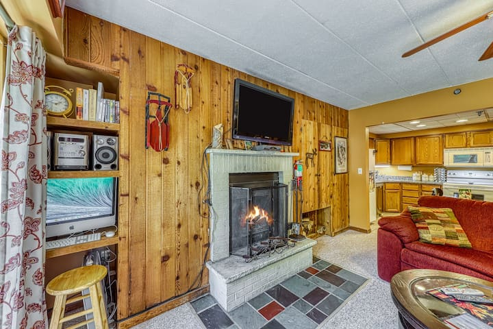 Beautiful condo w/shared pool & hot tub, walking distance to slopes