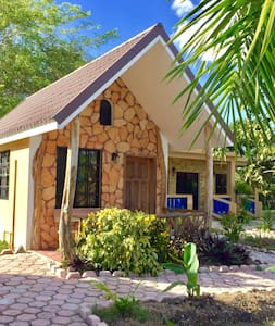 Standard riverside cabin with 2 beds and a hammock - Orange Walk - Casa de campo