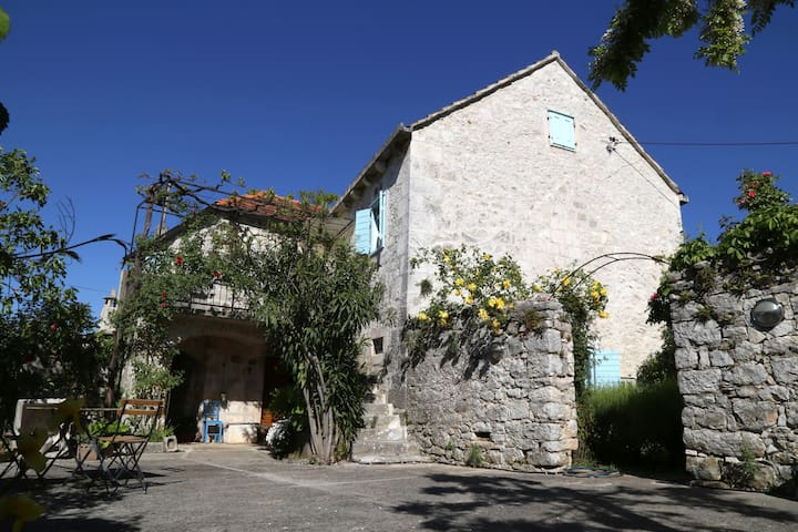 100-year-old stone house on Brač - Nerežišća