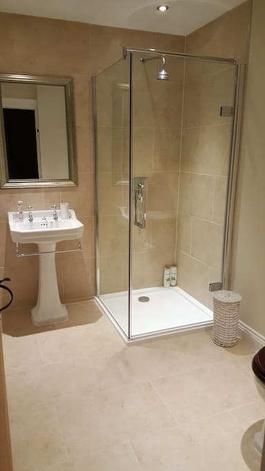 Mediterranean style ensuite shower room