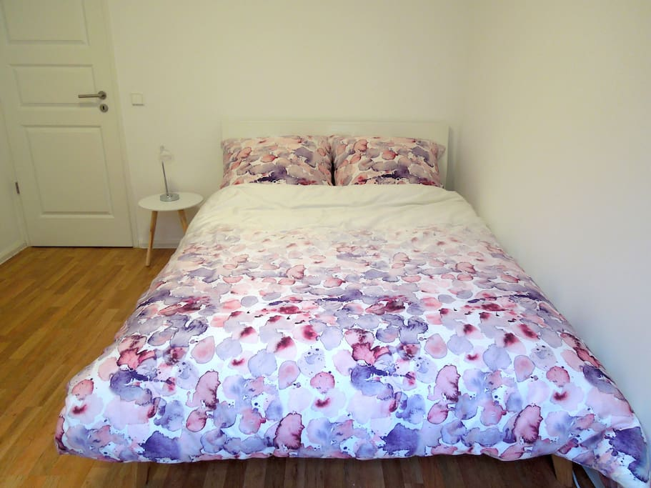 Double bed 140x200cm