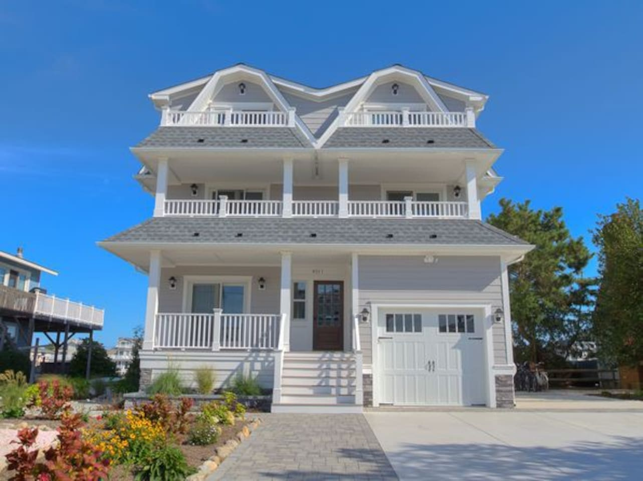 Beautiful 3-year-old bayfront house, with a jacuzzi, dock, paddleboard, and kayak available.