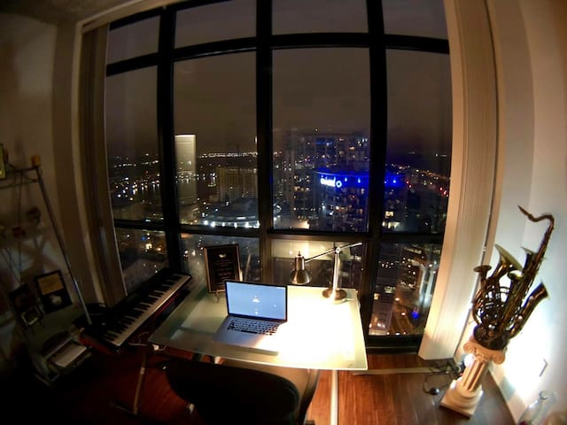 LUXURY HIGH-RISE, TOP FLOOR STUDIO!