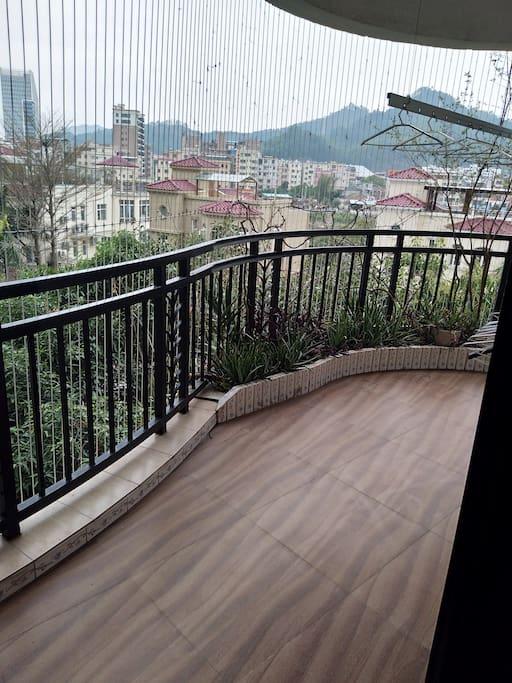 南向阳台看到的是惠州南山和惠州学院