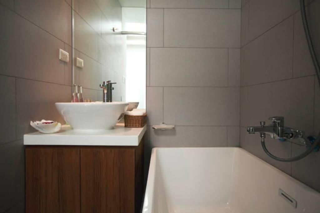 Clean and new toilet 舒适,干净的浴室配有浴缸
