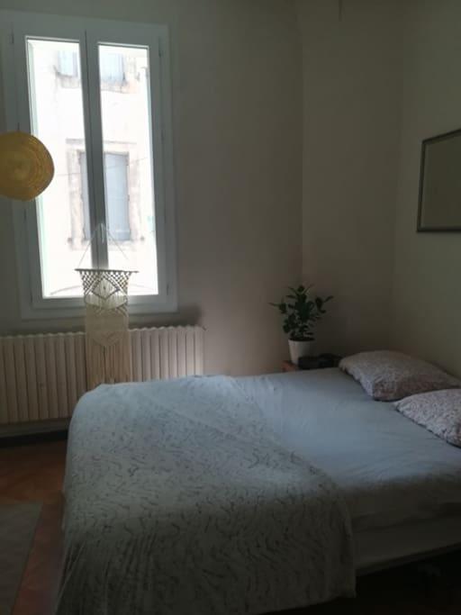 Un lit double, et la fenêtre qui ne donne pas sur une rue principale mais sur une petite impasse.
