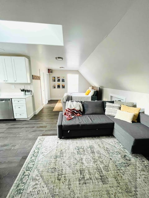 Cozy Guesthouse in Charming Downtown Loveland