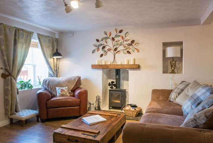 COUNTRY NEST- Cosy Spacious Cottage *****