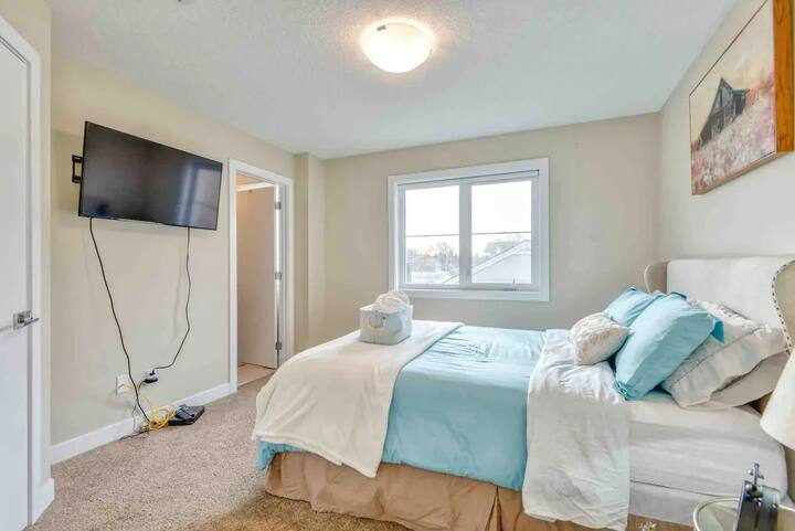 New, clean and stylish home close to Edmonton Expo
