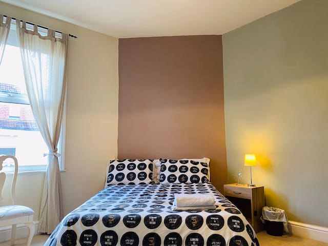 Lovely quiet room close to Penny Lane