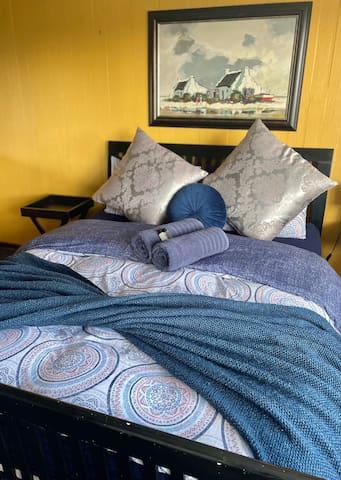 Zeekoe Lodge Family House Primary bedroom - downstairs (en-suite).