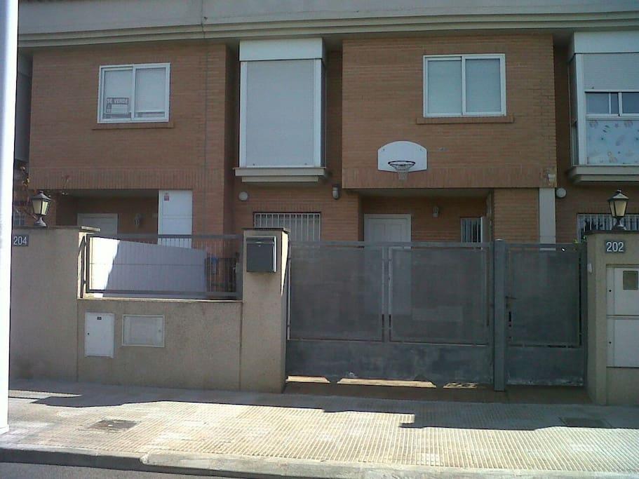 patio delantero para aparcar coche o jugar a baloncesto
