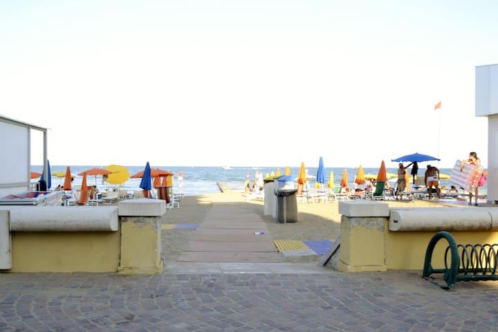 Moderno Appartamento fronte mare - spiagia libera - Lignano Sabbiadoro - Departamento
