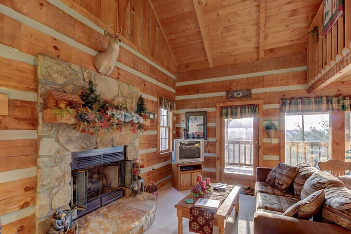 Adorable mountain view cabin in the woods w/ deck, hot tub, shared seasonal pool