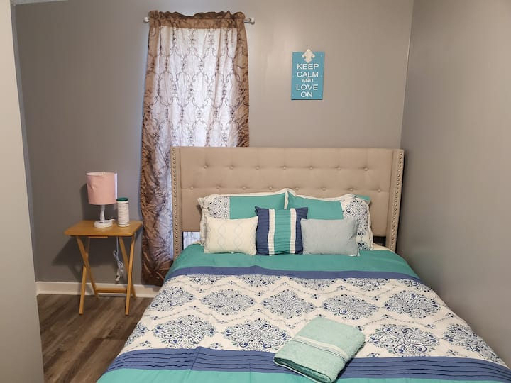 A Bedroom in NewlyRenovated Home Close To Downtown