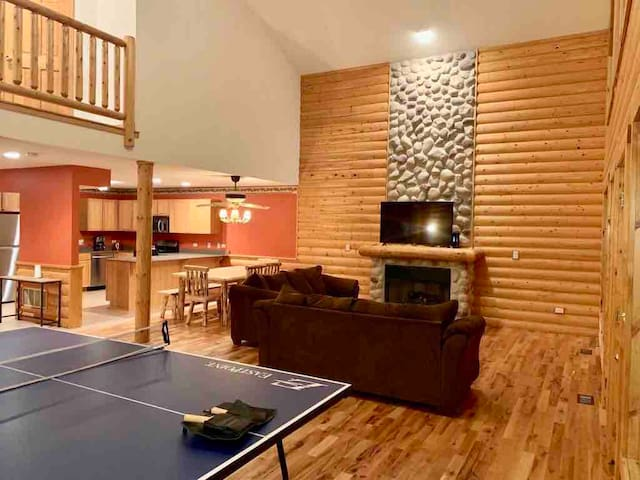 Luxury Starved Rock Cabin Slps 20+ Guests