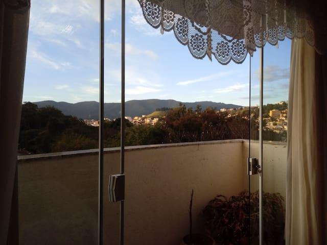 Quarto amplo com linda vista e varanda