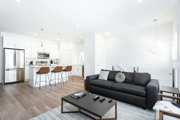 NEW! | Luxury Unit | 3 TVS + Cable| King Bed + Parking