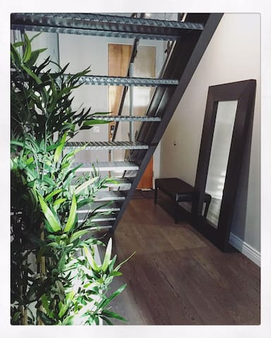 Top Floor Downtown Loft w FREE U/G Parking Stall
