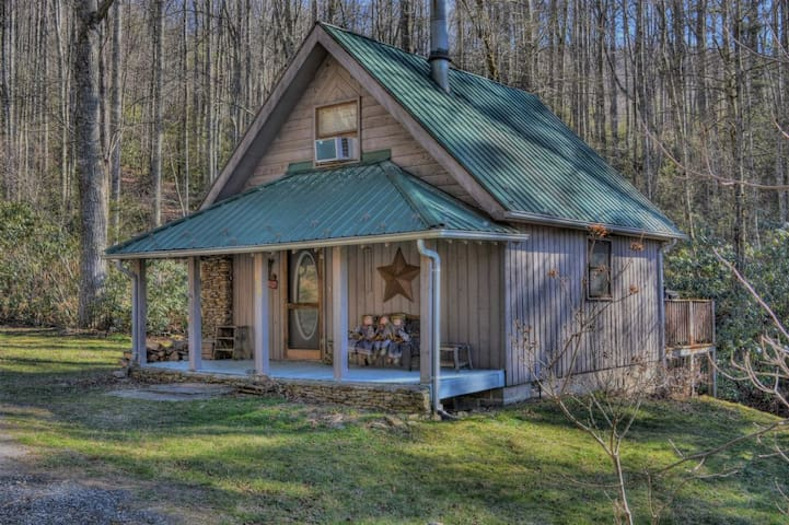 FREE ADMISSIONS TO POPULAR ATTRACTIONS!-Creekside Waterfalls-Romantic & Cozy 1 BR Cabin with HOT TUB, Wi-Fi, Pet Friendly.