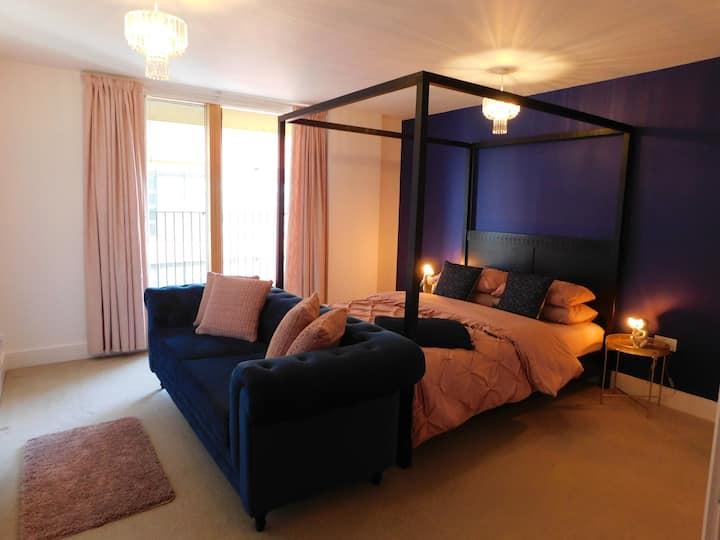 Luxury Spacious Waterfront Apartment